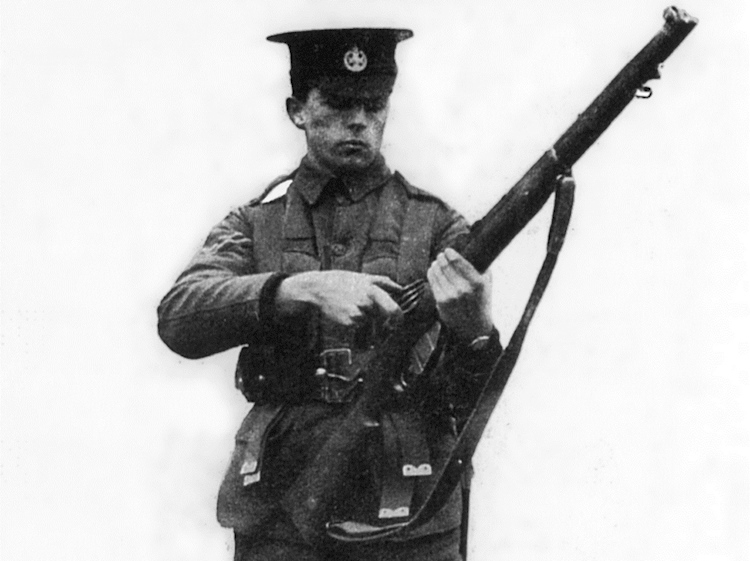 soldier_holding_a_short_magazine_lee-enfield