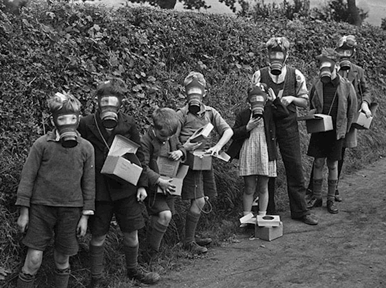 children_wearing_gasmasks_1939