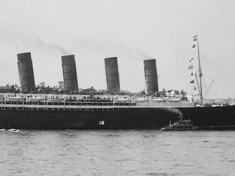 rms_lusitania_arriving_in_new_york