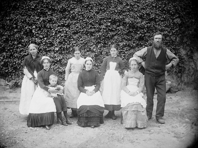 photograph_of_a_group_of_victorian_servants