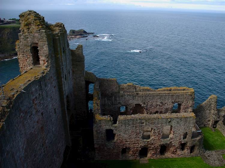 the_ruined_western_wing_of_tantallon_castle