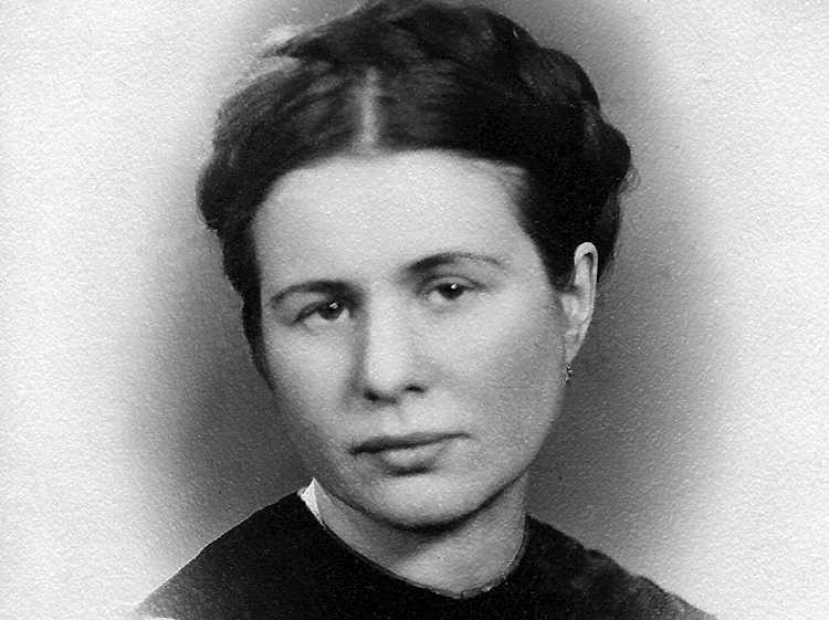 a_black_and_white_photograph_of_irene_sendler_1942