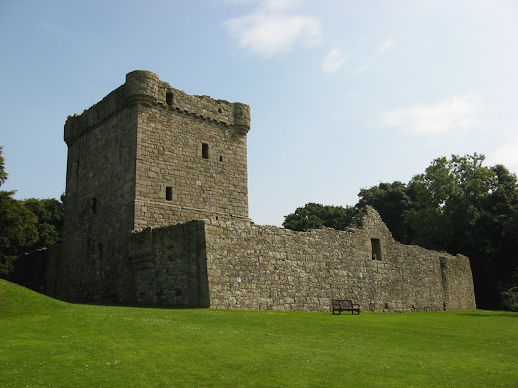 exterior_view_of_west_wall_and_keep_at_lochleven_castle