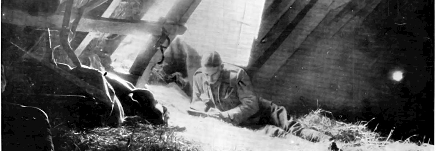 british_soldier_writing_a_letter_in_shed_near_the_front_1914