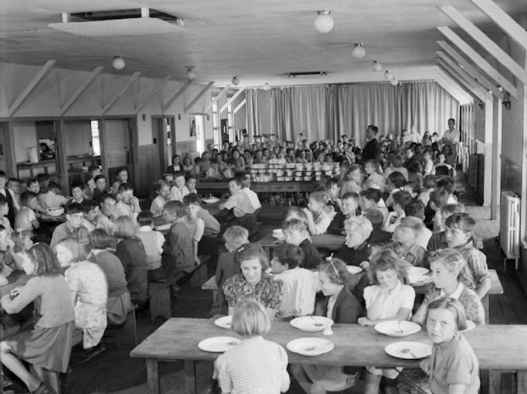 evacuees_in_the_dining_hall_of_marchants_hill_school_hindhead_surrey_1944