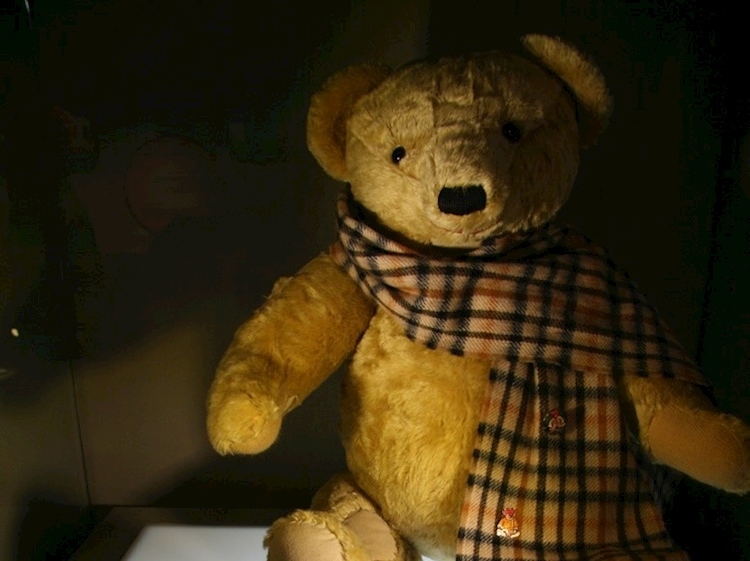 aloysius_lord_sebastian_flytes_teddy_bear_in_evelyn_waughs_brideshead_revisited