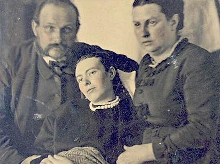victorian_era_post-mortem_family_portrait_of_parents_with_their_deceased_daughterjpg