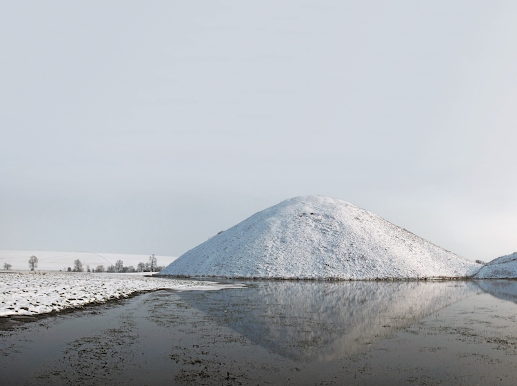 silbury_hill_in_the_winter