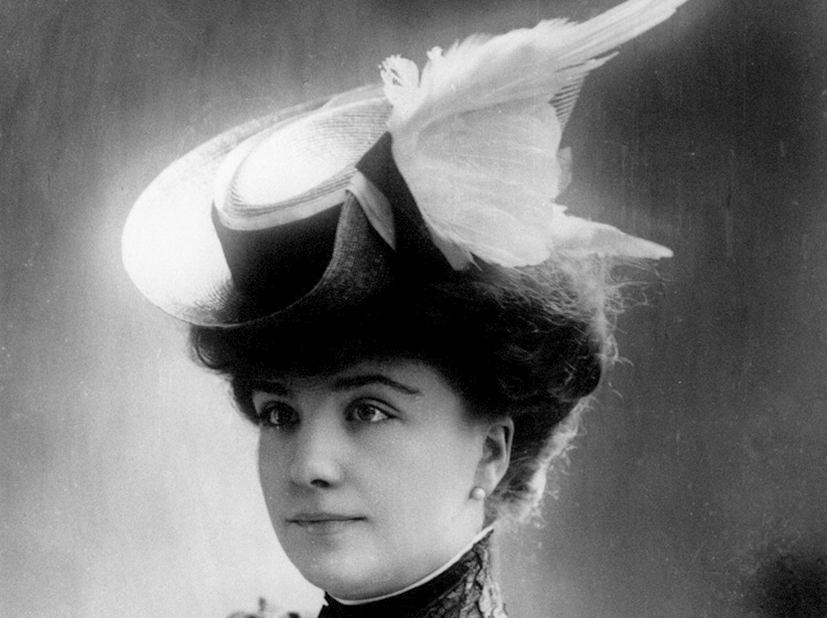 victorian_lady_wearing_a_hat_made_with_egret_feathers_rspb_images