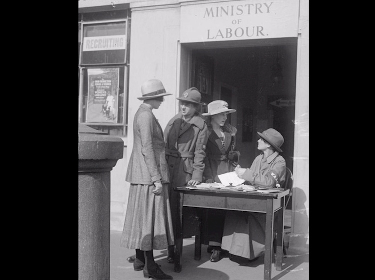 the_womens_army_auxiliary_corps_recruiting_sergeants_taking_particulars_from_recruits_in_trafalgar_square_1918