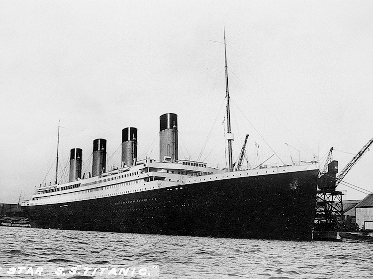 titanic_at_southampton_prior_to_departure