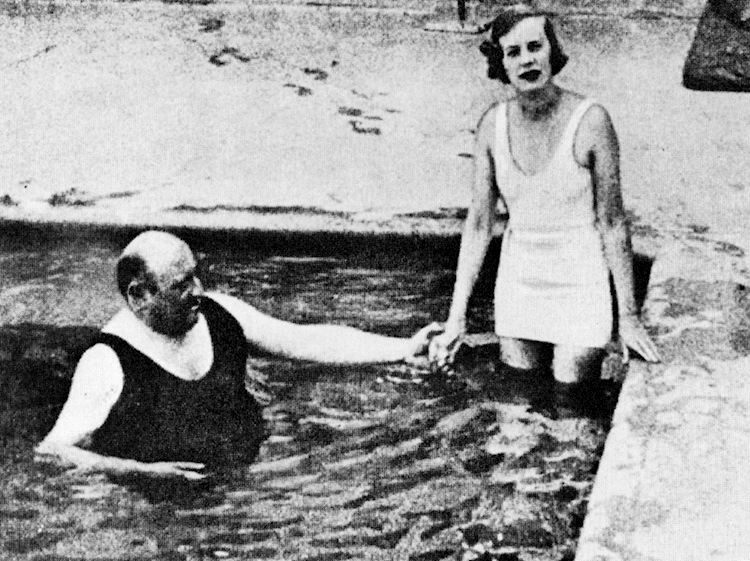 doris_delevigne_and_castlerosse_in_swimming_pool_south_of_france