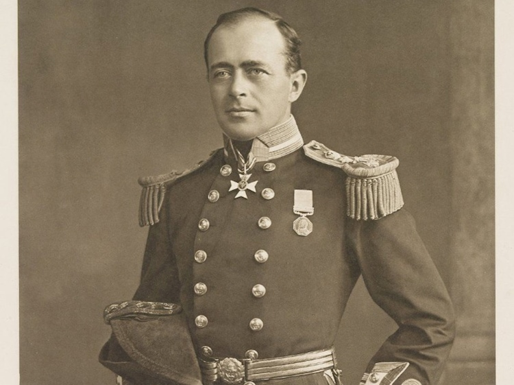 captain-_robert_falcon_scott_in_full_regalia_1905