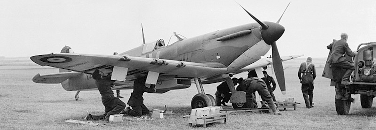 supermarine_spitfire_mk_1_of_no_19_squadron_raf_being_re-armed_near_duxford