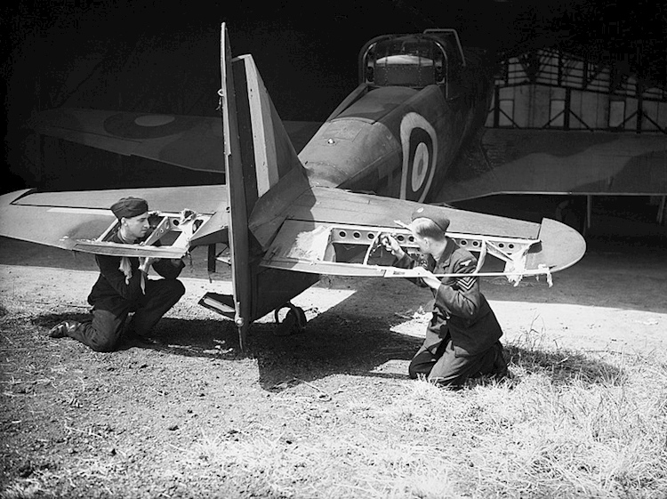 ground_staff_examine_damage_to_boulton_paul_defiant_mk_i_at_duxford