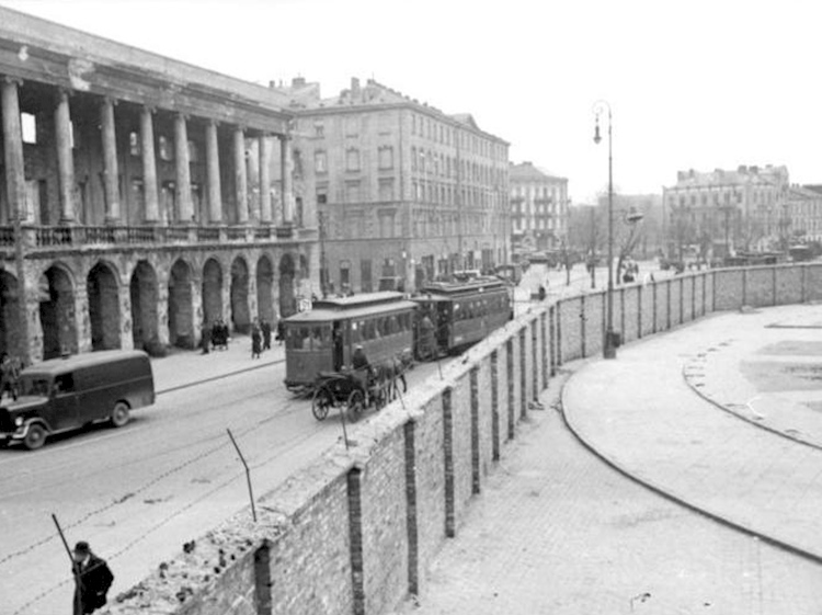 bundesarchiv_bild_101i-134-0791-29a_brick_wall_of_the_warsaw_ghetto