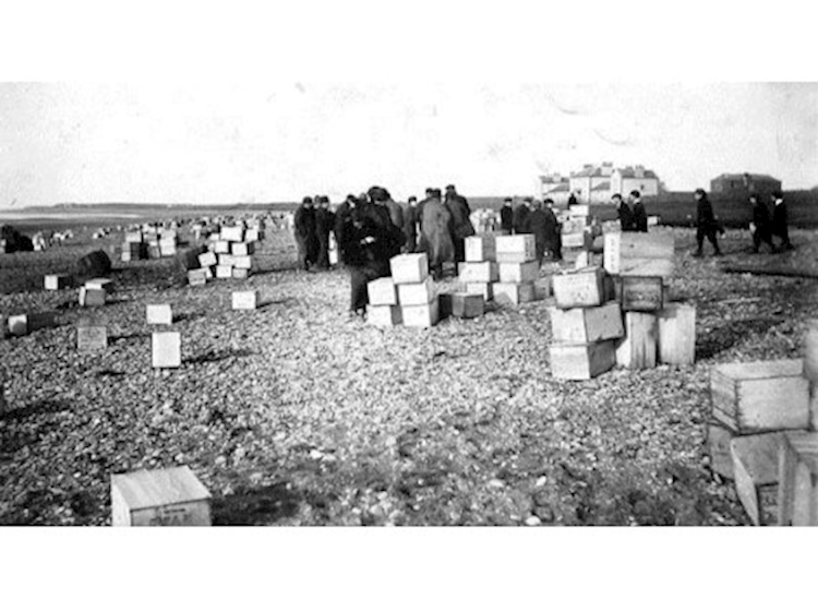 villagers_collecting_salvage_from_the_hougmont_1903jpg