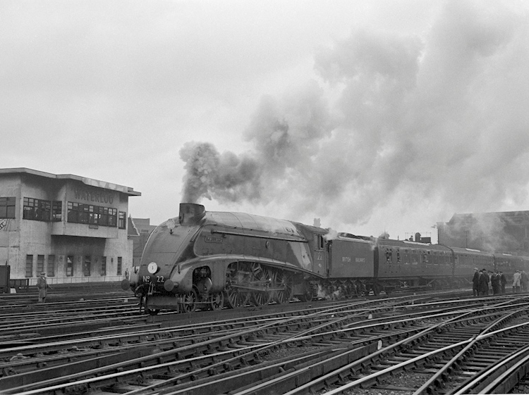 mallard_at_waterloo_22_june_1948_national_railway_museum