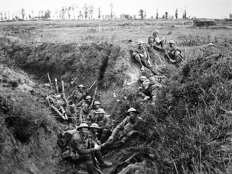 australian_6th_battalion_resting_in_a_trench_10_august_1918