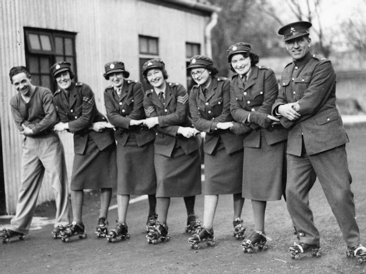 auxiliary_territorial_service_1940_rollerskating_lesson_hu104550