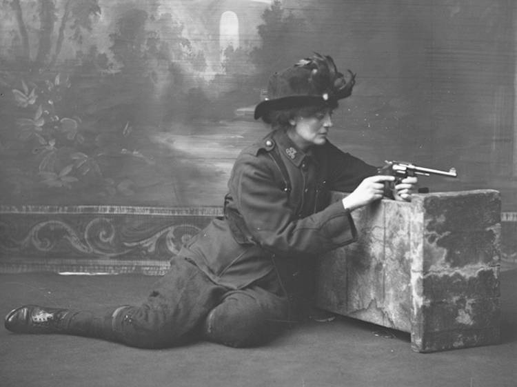 countess_markievicz_in_uniform_with_a_gun_c1915