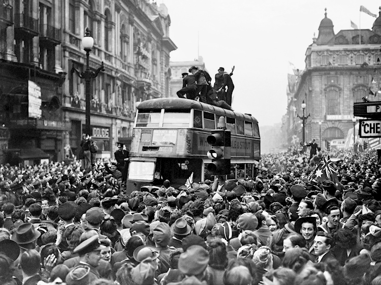 crowds_celebrate_ve_day_in_londons_piccadilly_circus_by_mirrorpix